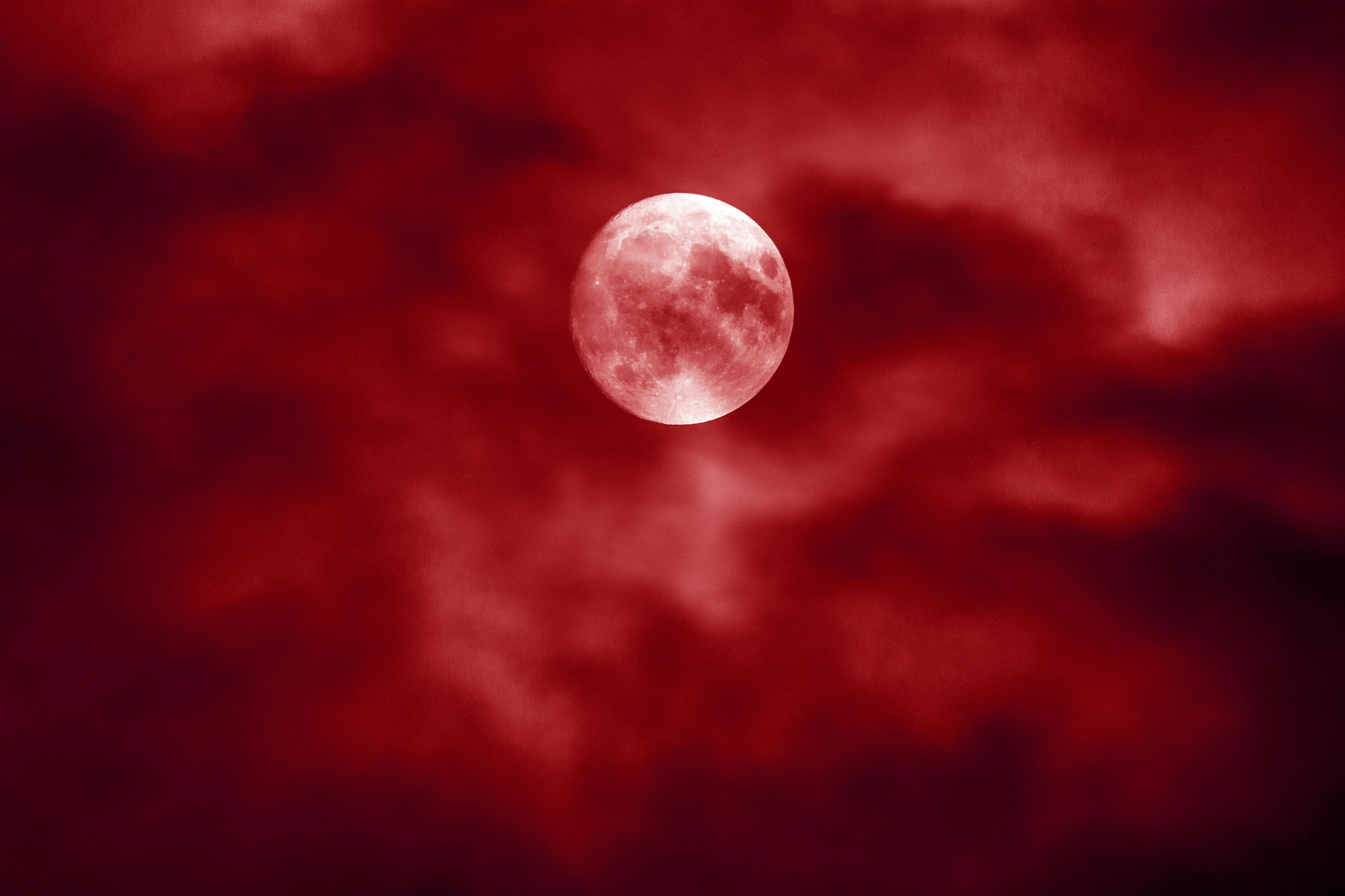 La donna della luna rossa e il ciclo femminile